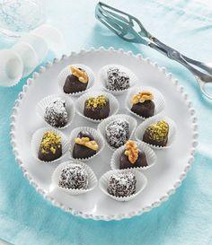 I cioccolatini fatti in casa senza cottura sono dolcetti che si preparano in pochi minuti a partire da un impasto di scaglie di cioccolato e frutta secca. Biscotti, Nutella, Panna Cotta, Muffin, Tasty, Breakfast, Sweet, Ethnic Recipes, Food