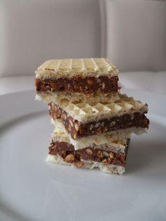 ... ganz einfach und schnell gemacht! Ihr braucht: 1 vegane Waffelplatte 70g schwarze Schokolade 70g Haselnusskrokant 3 EL gema...