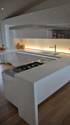 Cucina con gola integrata, top quarzo bianco, piano induzione bianco ...