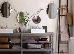 Un meuble de récup, une vieille échelle en guise de porte serviette, des miroirs anciens, une ardoise, des sabots… Les accessoires anciens, chinés dans les brocantes donnent le ton, et créent une ambiance intemporelle.<br /><br />Photo salles de bain : DR
