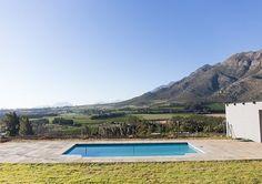 Big Sky Cottages nooi jou uit om te kom swem in 'n swembad met die allerpragtigste uitsig!