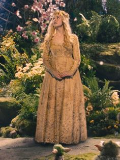it's a little blurry but still pretty. love her dress Ellie Fanning Elle Fanning Maleficent, Maleficent Aurora, Maleficent Movie, Malificent, Princesse Aurora, Aurora Dress, Der Computer, Princess Aesthetic, Disney Magic
