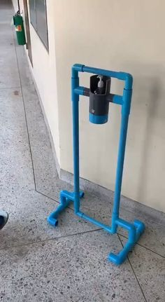 Pvc Pipe Crafts, Pvc Pipe Projects, Diy Crafts Hacks, Home Crafts, Clever Diy, Cool Diy, Pvc Pipe Furniture, Hand Washing Station, Hand Sanitizer Dispenser