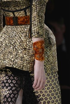 Alexander McQueen Spring 2013 Ready-to-Wear Fashion Show Details: See detail photos for Alexander McQueen Spring 2013 Ready-to-Wear collection. Look 9 Runway Fashion, High Fashion, Fashion Show, Womens Fashion, Fashion Trends, Fashion Art, Alexander Mcqueen, Couture Details, Fashion Details