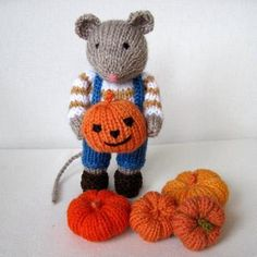 Pip the Mouse and pumpkins Halloween knitting pattern. A cute little knitting decoration for your home or as a gift for little ones! Download the knitting pattern by Dollytime and make it yourself at LoveKnitting.