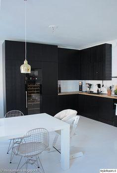 keittiö,remontti,remontointi,musta keittiö,musta sisustus,viinikaappi,artek,avokeittiö,keittiöremontti