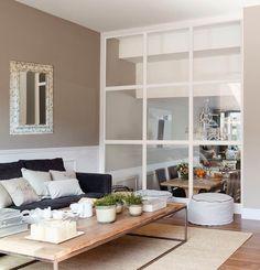 Salón con pared acristalada para zonificar el espacio Small Open Plan Kitchens, Loft, Maine House, Decoration, Bookcase, Cool Designs, Sweet Home, Lounge, Shelves
