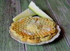 Cukkinis sajtos gofri. Egyszerű és ízletes falatok cukkiniből. Nem csak édesen jó a gofri. Cukkinis sajtos gofri Hozzávalók: 25 dkg cukkini ( héjastól reszelve), 20 dkg liszt, 1/2 csomag sütőpor, 2 tojás, kb 2 dl tej, 6… Apple Pie, Sandwiches, Muffin, Breakfast, Desserts, Food, Morning Coffee, Tailgate Desserts, Deserts
