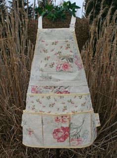 They called it a Garden Apron, but it's a lot a white for any serious gardening. Love the pockets. Link is dead, but pockets are easy to add to basic apron Fabric Crafts, Sewing Crafts, Sewing Projects, Sewing Aprons, Sewing Clothes, Gardening Apron, Organic Gardening, Apron Designs, Cute Aprons