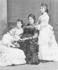 La reina Isabel II con sus tres hijas menores: Pilar, en pie a la derecha de la foto; Paz y Eulalia, a la izquierda de la imagen
