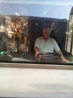 Een buschauffeur die goed zijn werk doet. We hebben vooral gemerkt dat ze erg vrolijk en behulpzaam zijn.