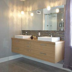 Salle de bain style contemporain en mélamine avec comptoir stratifié Armoire Ikea, Double Vanity, Interior And Exterior, Bathroom Lighting, Fabricant, Mirror, Interiors, Furniture, Home Decor