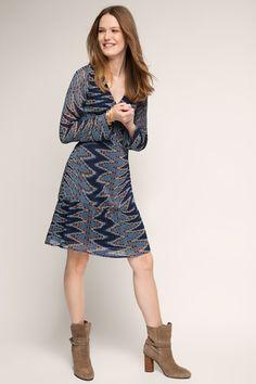 Informacja o rozmiarze:  -Długość tyłu: ok. 96 cm, długość rękawa: ok. 64 cm (w rozmiarze 36, może się nieco różnić w zależności od rozmiaru)  Szczegóły:  -Sukienka z podkreśloną talią i rozszerzanym dołem zachwycająca falbanami na dolnych brzegach oraz nadrukiem utrzymanym w bardzo modnym stylu retro.  -Wstawka z zakładek pięknie podkreśla partię biustu.  -Z podszewką, dzięki której ta sukienka z przewiewnego szyfonu nie jest prześwitująca.