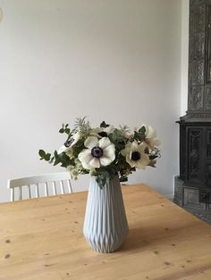 Blütenkontraste Reichen Als Dekoration Völlig Aus! Dieses Schöne  Arrangement In Schlichter Grauer Vase Zeigt Uns