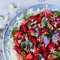 Sommersalat med jordbær og vandmelon-Mad med glød- Caprese Salad, Bruschetta, Vegetable Pizza, Vegetables, Ethnic Recipes, Basil, Veggies, Vegetable Recipes, Insalata Caprese
