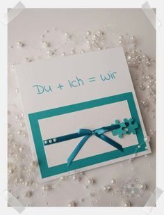 Handgefertigte Einladung zur Hochzeit mit Puzzleteilen und Satinband. In jeder Wunschfarbe individuell gestaltet erhältlich. Creative, Frame, Home Decor, Invites Wedding, Host Gifts, Card Wedding, Little Gifts, Handmade, Birthday