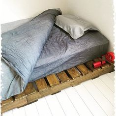 運送業などで使われている木製のパレット。最近ではこのパレットを使って素敵なインテリアアイテムを手作りする人が増えています。 パレットでベッド