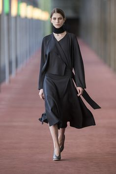 21. Trench-dress in viscose-wool double crepe, neck warmer in extrafine wool, wedge sandals in calf leather #lemaire