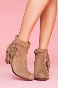 only thing that even comes close to a cowboy boot that i would wear, but SO CUTE. deff must have