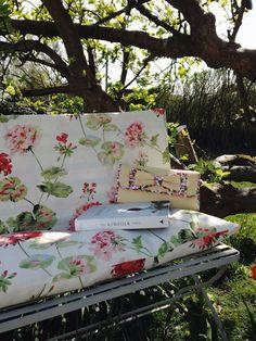 Jeska's reading corner in the garden, how enchanting.