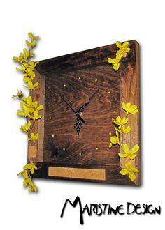 Horloge en bois fait à la main Design unique fait au crayons et teinture a bois. Mécanisme fonctionnant avec 1 batterie AA  Handmade wood wall clock Unique design made with Pencils , Acrylic and varnish. Mecanism works with standard AA battery