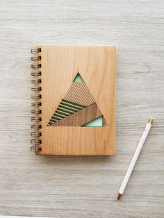 Detalles del producto -Revista hermosa cubierta de madera artesanal / montado -5.25 x 7.25 cubrir (5 x 7 páginas) -80 hojas en blanco / / 160 páginas (papel de 24 libras) -Cubierta es láser de corte en madera certificada, sustentable (1/8 de espesor) -Contraportada es vinilo Marina -Diseñado y elaborado en sur de California Book Crafts, Diy And Crafts, Laser Cut Box, Wooden Books, Laser Cutter Projects, Tapas, Notebook Covers, Hand Designs, Book Cover Design