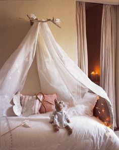 Ciel de lit en organdi décoré d'étoiles appliquées