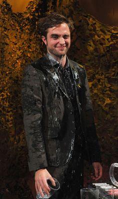 Too cute for his own darn good. Ladies and gentlemen, Robert Pattinson!!!