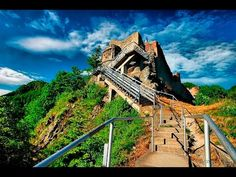 Poenari Castle in Romania is known as the Fortress of Vlad the Impaler, the real Dracula. Dracula Castle, Vlad The Impaler, Most Haunted Places, Spooky Places, Top 5, Travel Destinations, Montana, Beautiful Places, Places To Visit