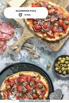 Met naanbrood kun je veel meer dan je denkt. Wat dacht je bijvoorbeeld van deze naanbrood pizza's? Wij beleggen zemet groene olijven, salami en cherry tomaten. Om dit gerecht een extra Italiaanse twist te geven kunnen de italiaanse kruiden en de Parmezaanse kaas natuurlijk niet ontbreken. Buon appetito! #pizza #naanbrood #naanbroodpizza #Italiaanserecepten #lekkererecepten #makkelijkerecepten Lunches, Vegetable Pizza, Love Food, Food Photography, Dishes, Breakfast, Recipes, Food, Morning Coffee
