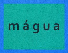 Desleituras - Jorge Menna BarretoDesleituras [2011] se constitui a partir de palavras híbridas, criadas da mistura de termos distintos, escritos em tapetes de borracha. Por ocasião do 32º Panorama da Arte Brasileira, esse trabalho se configurou como uma ação artístico-educativa enquanto um dispositivo de mediação na visita à exposição.  Com o exercício de associar uma ou mais palavras a uma obra ou conjunto, os tapetes funcionavam como disparadores de conversas sobre as obras. A ambiguidade…