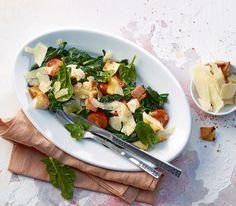 Spinat und Tomaten machen sich auch warm ausgezeichnet als Salat, vor allem mit einem leichten Zitronendressing und knusprigen Croutons.