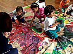 De momento, es una mera descarga motora, una etapa de familiarización en la que la elección de los materiales y los colores no tiene aún una importancia significativa. Con el desarrollo del niño y una mayor comprensión del mundo que le rodea, los garabatos irán tomando poco a poco forma y contenido.