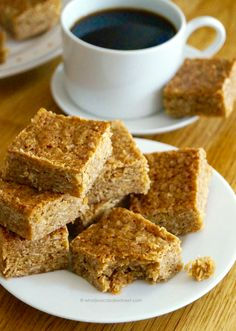 This is a sponsored post post written by me on behalf of Delicious Alchemy. Soft + chewy and the perfect afternoon pick-me-up. Today I'm sharing one of my favou. Healthy Flapjack, Flapjack Recipe Chewy, Ma Baker, Baking Recipes, Dessert Recipes, Enjoy Your Meal, Oat Bars, Yummy Food, Breakfast