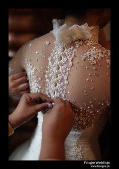 Dolps | Bordados e pedrarias deixam o vestido encantador.