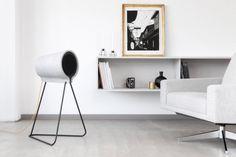 Le studio de design suisse estragon signe, L242, une magnifique enceinte pour le compte du label Vonschloo. Sa forme simple est inspirée de l'entonnoir à lait en bois ou en fer blanc utilisé par les bergers comme porte-voix et appelé à l'époque « folle ».  Son design à 360° attire l'oeil quelle que soit la perspective et permet à l'utilisateur d'intégrer cet objet facilement dans son espace de vie. Le matériau Eternit, un composite de ciment, n'a pas seulement été choisi pour des raisons...