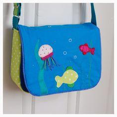 Søt hjemmesydd barneveske med mange detaljer. Kan brukes f.eks. som barnehageveske eller lekeveske. Veska har en liten lomme på innsiden ...
