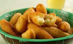 *Bolinho de mandioca e queijo: 1 kg de mandioca 1 ovo Sal a gosto 2 colheres (sopa) de salsa picada 2 xícaras (chá) de farinha de trigo 150 g de mussarela cortada em tirinhas 2 ovos batidos ligeiramente 1 xícara (chá) de farinha de rosca (180 g) Óleo para fritar  Modo de preparo: Cozinhar a mandioca e misturarbem o ovo, o sal, a salsa e a farinha de trigo. Com as mãos untadas, faça bolinhas com 1colher (sopa) da massa. Monte bolinhos, passe cada um nos ovos batidos e depois na farinha de…