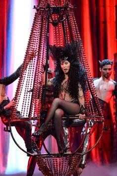 """Cher lució su look """"Dressed To Kill"""" como el nombre de su tour durante su presentación el sábado (22/03) en Phoenix"""