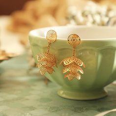 Jhumka Designs, Gold Earrings Designs, Gold Jewellery Design, Necklace Designs, Gold Jewelry, Jewellery Box, Clay Jewelry, Jewelry Accessories, Gold Jhumka Earrings