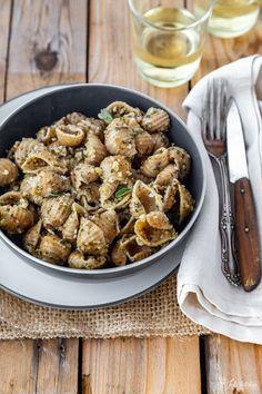 Il ragù di salvia è un sugo per la pasta con 3 soli ingredienti, essenziale e pulito. Avrai bisogno di mandorle, salvia fresca e olio extravergine di oliva.