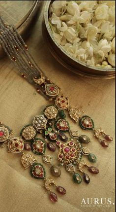Indian Bridal Jewelry Kundan Jewels 34 Best Ideas You can find different rumors about the annals of the marriage dress; Indian Jewelry Sets, Indian Wedding Jewelry, Royal Jewelry, Indian Bridal, Bridal Jewellery, Indian Weddings, Nizam Jewellery, Rajput Jewellery, Saree Jewellery