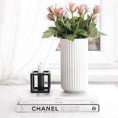 Sunday chill . . . . . . #chill#everydaystories#scandinaviandesign #lyngbyvasen #kubus #bylassen#chanel#onthetableproject #whiteinterior#interior123#sunday#roses#flowerstagram