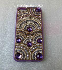 Case ou capinha roxa em acrílico para Iphone 5 ou 5s, confeccionada com chatons, pérolas, correntes de strass.  -ENCOMENDE A SUA!  -DISPONÍVEL À PRONTA ENTREGA!
