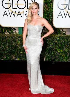 Sexy. Reese Whiterspoon con un diseño metalizado de Calvin Klein.  Golden Globe 2015/AFP