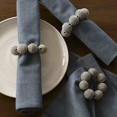 Striped Ball Napkin Ring (easy DIY project – so many color possibilities), - Herzlich willkommen Modern Napkin Rings, Beaded Napkin Rings, Easy Diy Crafts, Easy Diy Projects, Rustic Napkins, Napkin Folding, Clay Beads, Table Decorations, West Elm