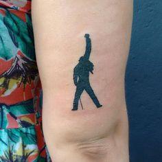 Estátua do Freddie Mercury Orçamentos (11)95375-4587 #sigalaschicas #sigalaschicastattooepiercing #freddiemercury #statuetattoo #estatuafreddie #blacktattoo #tattoo2me #tattoofinder #tattoodasminas #inspiredtattoo #saoapulo #sp #stephanieumeda  (em Siga Las Chicas Tattoo e Piercing)