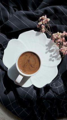 14 Photos That Will Inspire You To Travel Tapetenbilder … Coffee Is Life, I Love Coffee, Coffee Break, Morning Coffee, My Coffee, Coffee Cafe, Coffee Drinks, Coffee Shop, Coffee Photos