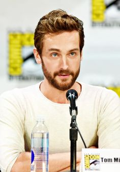 Tom Mison at the Brave New Warriors Panel (SDCC He is definitely one of those men who looks better with a beard than without. Tom Mison, Actors Funny, Hot Actors, Sleepy Hollow, Fox Series, New Warriors, Cameron Monaghan, Sleepy Head, Tom Ellis
