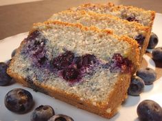 This blueberry and almond cake has no sugar, flour or butter, but it still tastes great! Make it at the weekend and serve with berries and Greek yogurt. Wheat Free Recipes, Sugar Free Recipes, Sweet Recipes, Cake Recipes, Hcg Recipes, Healthy Cake, Healthy Baking, Healthy Treats, Healthy Food